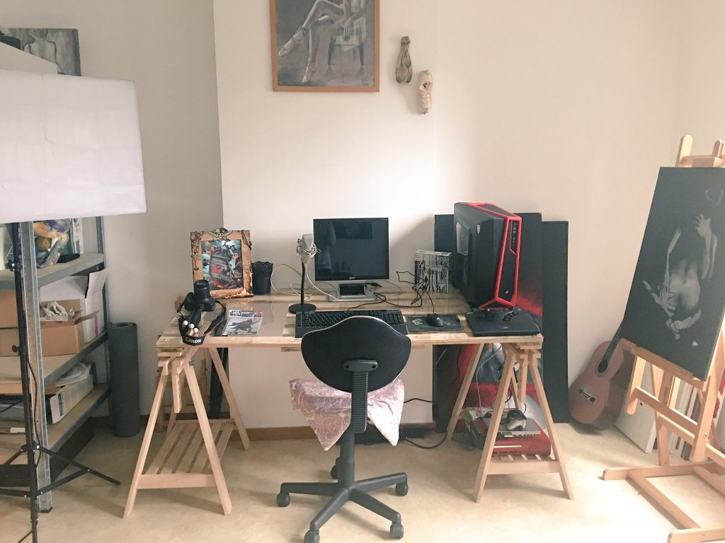 Mon bureau (j'ai deux écrans maintenant) d'où je diffuse mes shows, mes streams etc